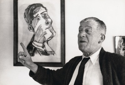 Oskar Kokoschka in front of the painting Self-Portrait from two Slides in Villeneuve, 1955. Photography mounted on cardboard. University of Applied Arts Vienna, Oskar Kokoschka-Zentrum.