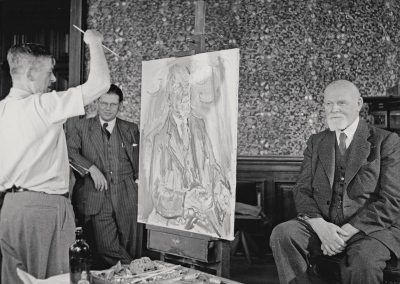 Oskar Kokoschka portraying Mayor Theodor Körner at the Vienna town hall, with coty councelor in charge of cultural affairs Viktor Matejka in the background. Gelatin silver print. University of Applied Arts Vienna, Oskar Kokoschka-Zentrum.